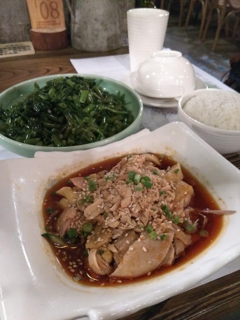 緑のレストランのくーしんさいと口水鸡